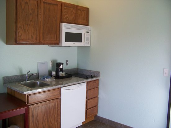 Days Inn & Suites Columbus NE: kitchen