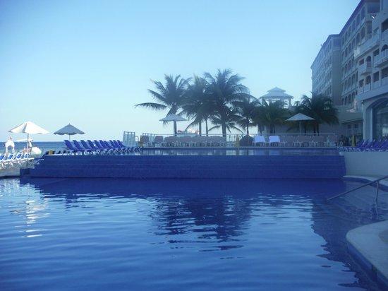 Cozumel Palace: infinity pool