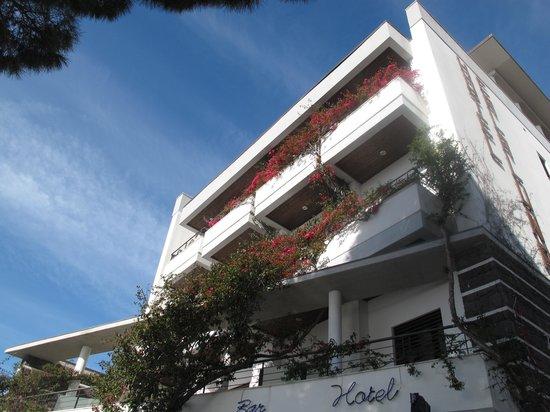 Hotel Cala Luna : Façade et bougainvillée