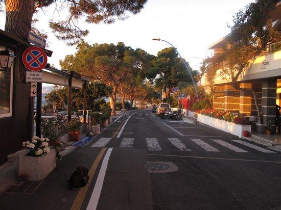 Hotel Cala Luna: Terrasse devant l'hôtel, le matin