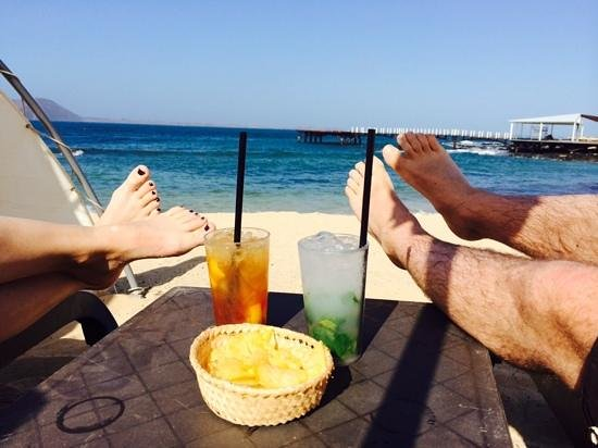 Gran Hotel Atlantis Bahia Real : frosty drinks on the beach