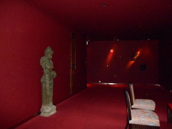 Buddha-Bar Hotel Budapest Klotild Palace : Darkness everywhere