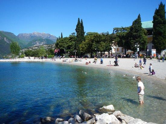 """Lago di Garda: """"praia"""" as margens do lago"""