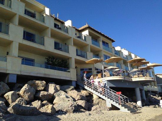 Malibu Beach Inn: Blick vom Strand auf das Hotel