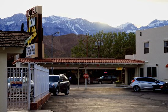 Dow Villa Motel: Blick vom Parkplatz auf die Berge
