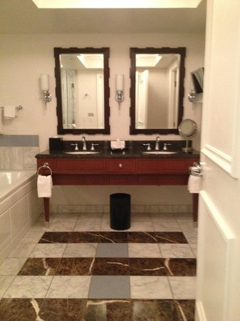 Caesars Palace : Luxury double sinks and tv