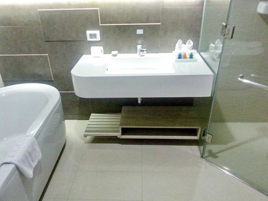 Pattaya Discovery Beach Hotel: Ванная комната.