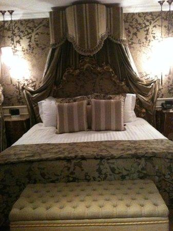 Baglioni Hotel Luna: The bed!!!!