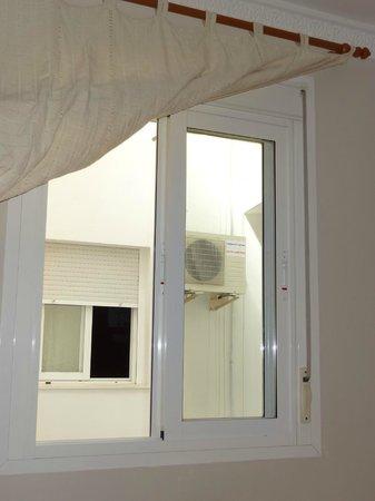 Hotel Virgen de los Reyes: Le balcon réservé : une petite fenêtre avec vue sur mur !