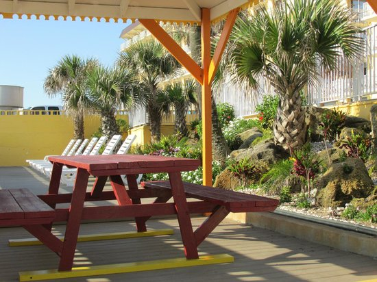 OceanFront Inn and Suites: Garden area on lower deck nearest to beach.