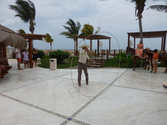 Excellence Riviera Cancun : Daytime Entertainment around the pool
