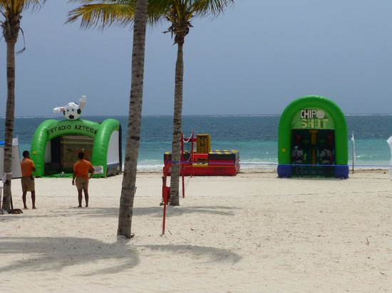 Excellence Riviera Cancun : Fun and Games on the beach