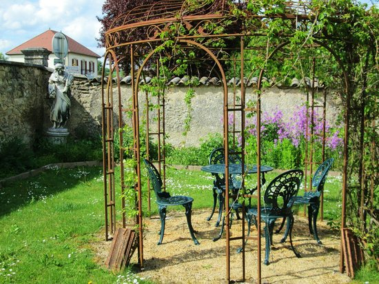 Le Clos Domremy : Gazebo in garden
