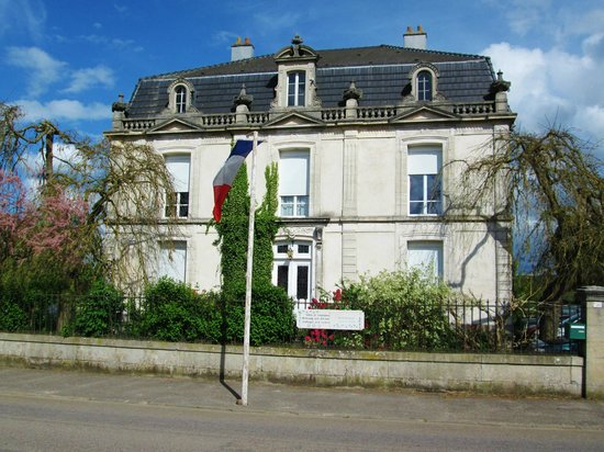 Le Clos Domremy : Chateau from street