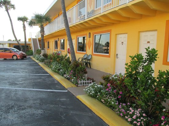 OceanFront Inn and Suites: Parking lot and ground floor rooms