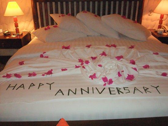Olhuveli Beach & Spa Maldives: Anniversary bed