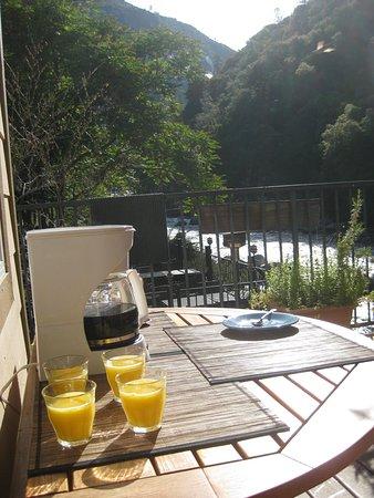 Yosemite Blue Butterfly Inn: Breakfast outside