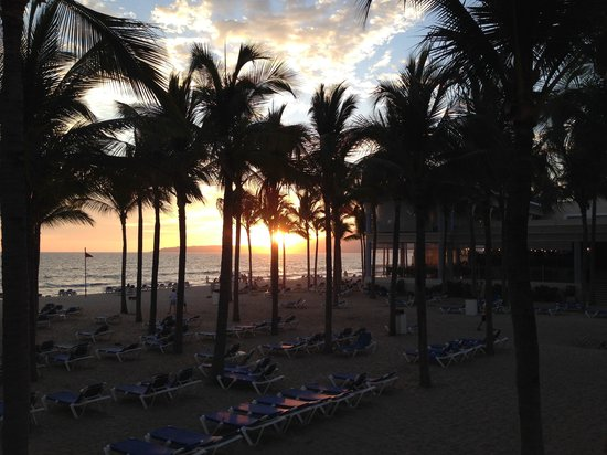 Hotel Riu Vallarta: Sunset over the beach