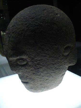 National Museum of Ireland - Archaeology : Testa di idolo a tre facce. Età del ferro.