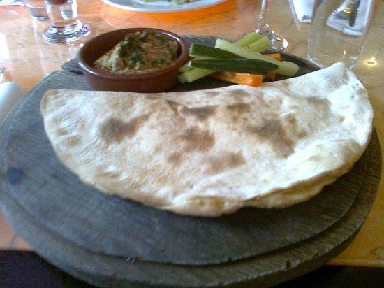 Gusto - Newcastle: Hummus and flatbread with crudites