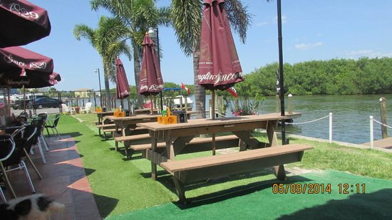 Miceli's Restaurant : Some outdoor seating