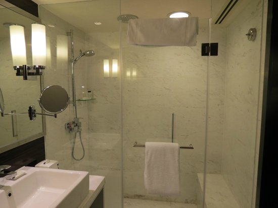 Hong Kong SkyCity Marriott Hotel : バスタブなしですが、ハンド+レインフォレストシャワー。座れます。