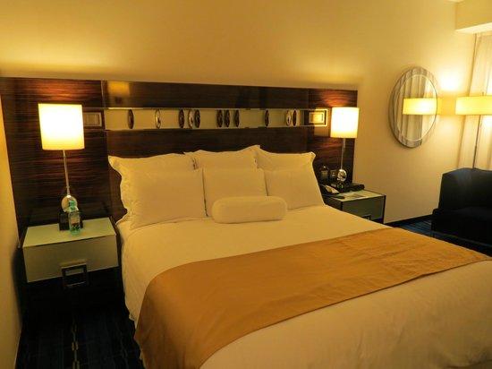 Hong Kong SkyCity Marriott Hotel : 寝心地が良いベッドです。