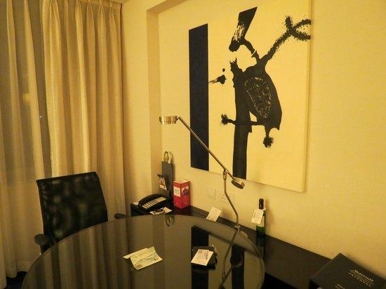Hong Kong SkyCity Marriott Hotel: デスクもゆったり使えます