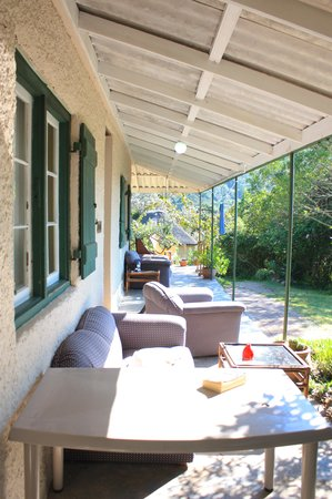 Fairy Knowe Backpackers Lodge: veranda and relax!