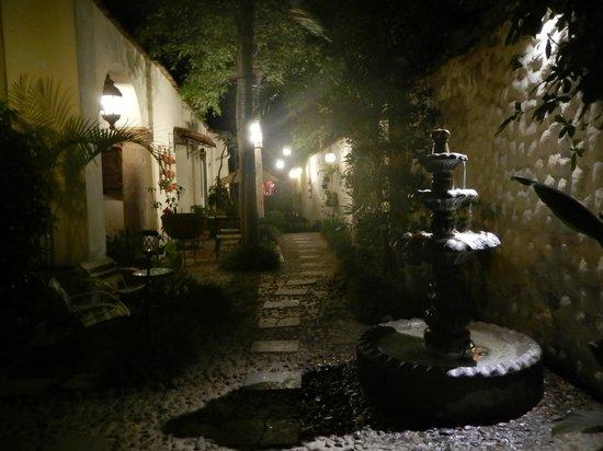 Rosa Morada Tlaquepaque: Pasillo de entrada del Hotel