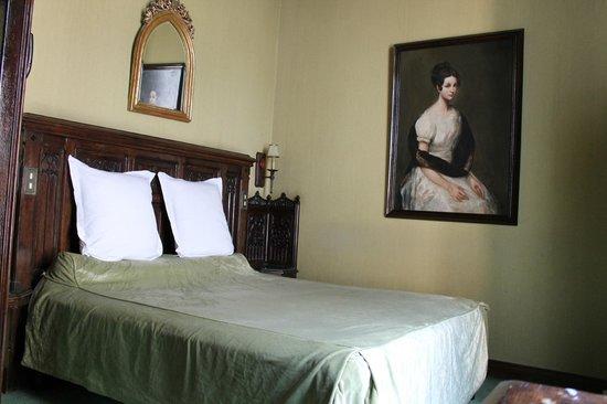 Hotel St Merry : Вид на кровать со стороны ванной комнаты