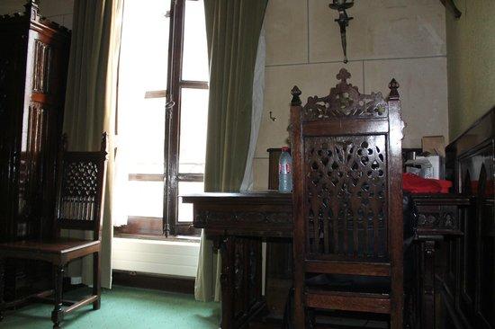 Hotel St Merry : Письменный стол и стул