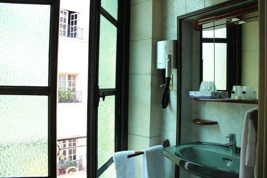 Hotel St Merry: Ванная комната с большим окном