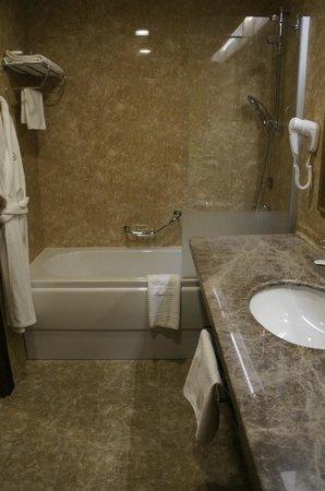 President Hotel Minsk: Ванная комната