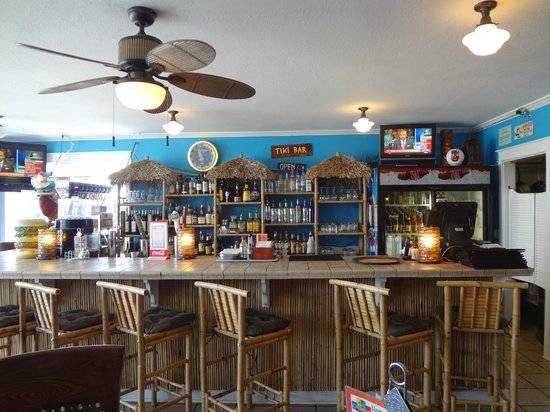 Castaways Seafood Grille : View of the bar from the stools and tables.