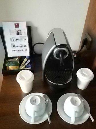 Sheraton Munchen Westpark Hotel: Coffee machine in rom