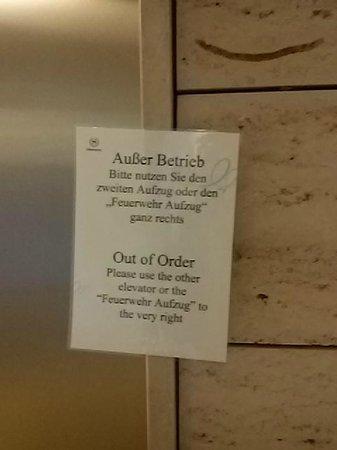 Sheraton Munchen Westpark Hotel: Helpful sign to show Elevator is broken down