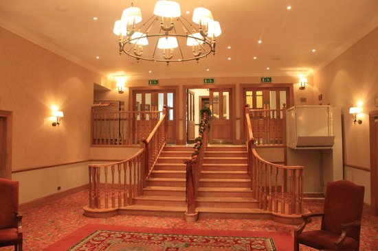 Macdonald Drumossie Hotel: Descending these stairs with a piper makes for a beautiful entrance.