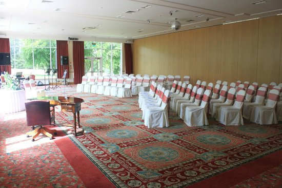 Macdonald Drumossie Hotel: Drumossie Suite all ready for our ceremony. Maximised the light and the grounds.