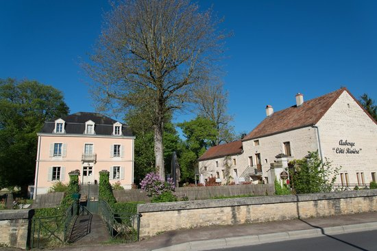 Auberge Cote Riviere : Hotel and restaurant building