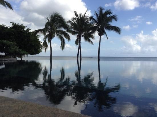 Maradiva Villas Resort and Spa : Infinity pool at the Maradiva