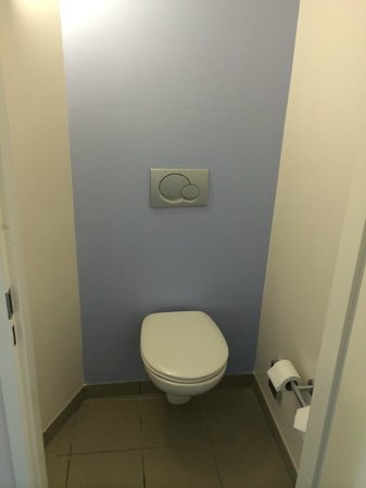 Novotel Liverpool : Toilet- Who would want to use this? Disgusting