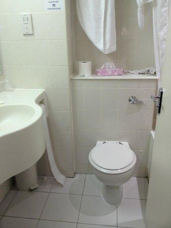 Hallmark Hotel Cambridge: The box like bathroom with poor quality fixtures - the sink  is plastic