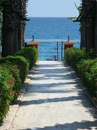 Sumela Garden Hotel: Дорожка к пляжу