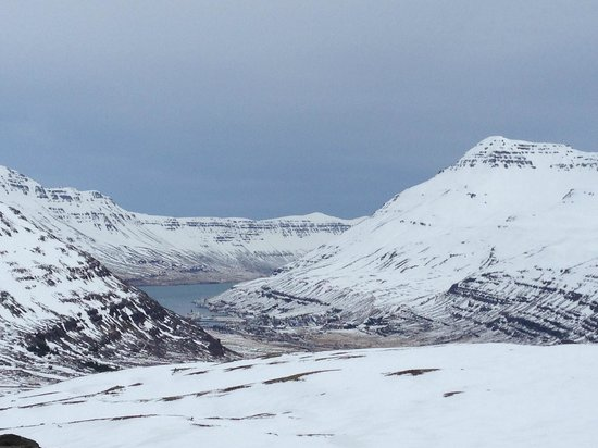 Seydisfjordur Hostel Hafaldan: Driving into the fjord