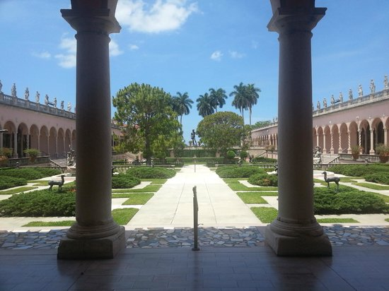 The Ringling : Art museum courtyard