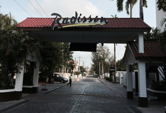 Radisson Fort George Hotel and Marina: Main Entrance