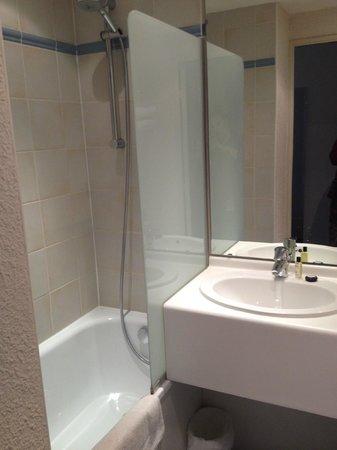 Hôtel Paris Louis Blanc : Shower