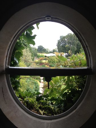 Barnsley House: the cutest porthole window in our hotel room.
