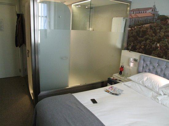 LX Boutique Hotel: Bedroom showing shower room